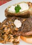 Steak-und Kartoffel-Abendessen Stockbilder