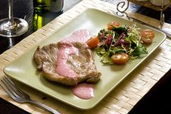 Steak und Salat Stockfotografie