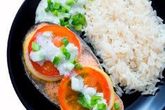 Steak von keta kochte mit Tomate, Reis, Zwiebel und Zitrone Lizenzfreie Stockfotografie