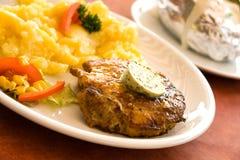 Steak von Schweinefleisch, grillen-mit Salat der Kartoffeln Stockbild