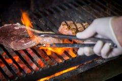 Steak wird gegrillt stockfotos