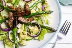 Steakavocado und Spargelsalat lizenzfreies stockbild