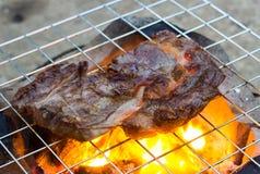 Steakes sur le gril image stock
