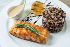 Steakfische mit Reis Platte auf Weinlese-Holz-Tabelle stockbilder