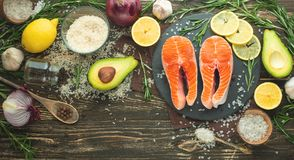 Steakforelle der frischen Fische, Lachs-, Lachs-, rotes Fischfleisch Mit Bestandteilen und Gemüse auf einem hölzernen Hintergrund stockfotos