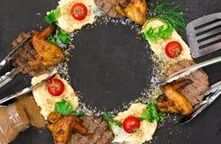 SteakHühnerflügel mit Grill und Kartoffelpürees stockfotografie