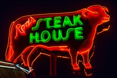 Steakhouse ράβδου, σημάδι νέου Διαδρομή 66 στοκ εικόνα