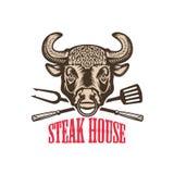 Steakhouse Byk głowa z kuchennymi narzędziami Projektuje element dla loga, etykietka, emblemat, znak Obrazy Royalty Free