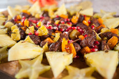 Steakkebabaperitif mit tropial Frucht und Granatapfel Lizenzfreie Stockfotos