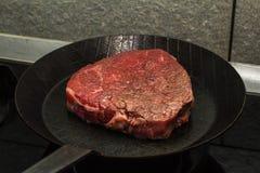 Steakkochen lizenzfreies stockbild