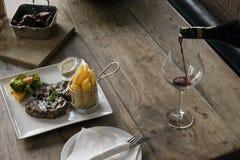 Steakmatställe med wine Royaltyfri Bild
