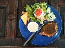 steakon de porc la table photo stock