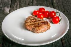 Steakon en platta Royaltyfria Bilder