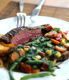Steakplatte für das Mittagessen mit Gemüse als Beilage lizenzfreies stockfoto