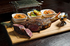 Steakrippeauge garnisheda mit Gemüse Stockfotos