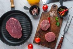Steaks auf Schneidebrett lizenzfreie stockbilder
