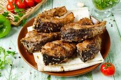 Steaks des Karpfens in den Brotkrumen und -gewürzen Lizenzfreie Stockfotos