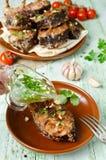 Steaks des Karpfens in den Brotkrumen und -gewürzen mit Fischsuppe Lizenzfreies Stockfoto