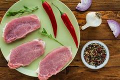 Steaks des rohen Fleisches auf grüner Platte stockfotografie