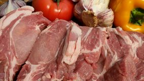 Steaks des rohen Fleisches werden von einem gro?en St?ck Schweinefleisch oder Rindfleisch auf einem h?lzernen Schneidebrett gesch stock footage
