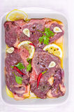 Steaks des roten Fleisches, mariniert mit Emulsion des Zitronensaftes und lizenzfreie stockfotos