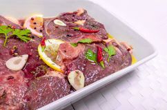 Steaks des roten Fleisches, mariniert mit Emulsion des Zitronensaftes und stockfotos