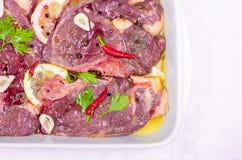 Steaks des roten Fleisches, mariniert mit Emulsion des Zitronensaftes und lizenzfreies stockbild