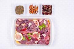 Steaks des roten Fleisches, mariniert mit Emulsion des Zitronensaftes und stockbild