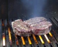 Steaks grillar på Royaltyfri Fotografi