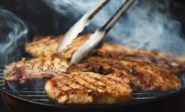 Steaks på grillfest Royaltyfri Bild