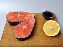 Steaks von den roten Fischen mit Zitrone und Soße stockfoto