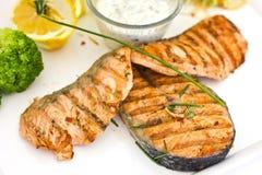 Steaks von Lachsen, gegrillt An gedient mit Gemüse und Gewürzen lizenzfreie stockfotografie