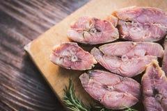 Steaks von roten Fischen des geräucherten Lachses und von frischem Dill Lizenzfreie Stockfotos