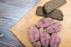 Steaks von roten Fischen und Brot des geräucherten Lachses Stockbilder