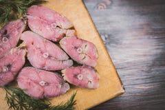 Steaks von roten geräucherten Fischen und von Dill Stockfotografie