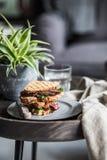 Steaksandwich gegrillt auf einer Platte Lizenzfreie Stockbilder