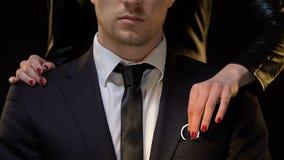 Stealing κλειδιά σπιτιών γυναικών από τον επιχειρηματία, που παίρνει την ιδιοκτησία μετά από το διαζύγιο απόθεμα βίντεο