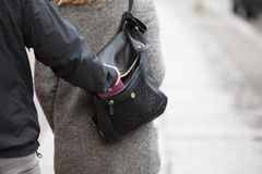 Stealing πορτοφόλι προσώπων από την τσάντα Στοκ φωτογραφία με δικαίωμα ελεύθερης χρήσης