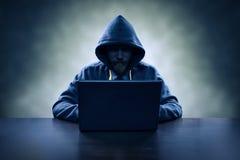 Stealing πληροφορίες χάκερ υπολογιστών με το lap-top Στοκ φωτογραφία με δικαίωμα ελεύθερης χρήσης