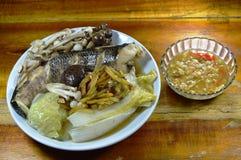 Steamed镶边了蛇顶头鱼用蘸辣大豆豆调味汁的蘑菇和切片姜 库存照片