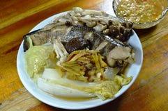 Steamed streifte Schlangenhauptfische mit dem Pilz und Scheibeningwer, die würzige Sojabohnenölbohnensoße eintauchen Stockfotos