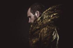 Steampunk、用金黄翼和衣服做的人胡子 免版税库存照片