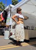 Steampunk成套装备的妇女在她的销售摊 库存照片