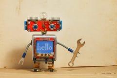 Steampunk机械机器人,兴高采烈的红色头,蓝色显示器身体 杂物工电工减速火箭的玩具,消息你好显示 库存照片
