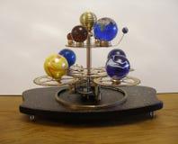 Steampunk艺术有8个行星的太阳系仪时钟 库存照片