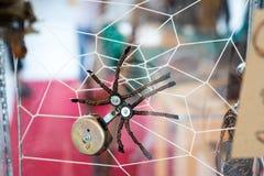 Steampunk蜘蛛 镀铬物和古铜零件 在蜘蛛网 免版税库存照片