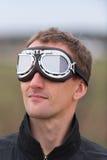 有steampunk飞行员风镜的年轻人 免版税库存照片