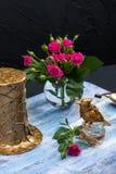 Steampunk brązowieje ptaka i kapeluszu na błękitnej drewnianej tacy Fotografia Stock