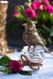 Steampunk brązowieje ptaka na szklanej filiżance na błękitnej drewnianej tacy Fotografia Stock