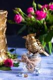Steampunk bronzieren Vogel auf Glasschale auf blauem hölzernem Behälter stockbild